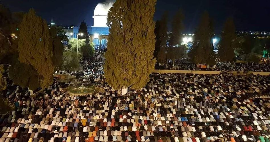 Hundreds of thousands of worshipers pray in al-Aqsa on Laylat al-Qadr