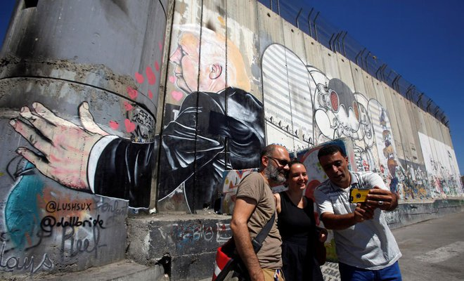 Bethlehem graffiti lampoons Trump embrace of Israeli wall