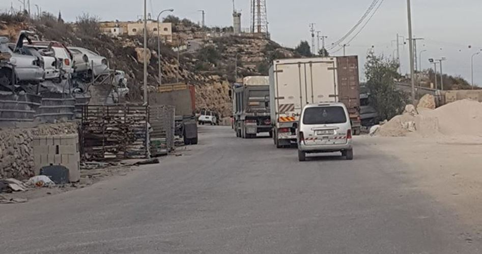 IOF erects military checkpoint west of al-Khalil
