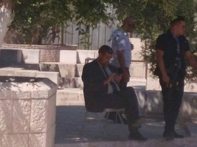 Jewish Extremist Leader Protests Ban on MK Visits to Al-Aqsa by Sitting Outside Holy Site.