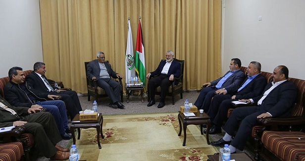 Haneyya receives DFLP delegation in his office in Gaza